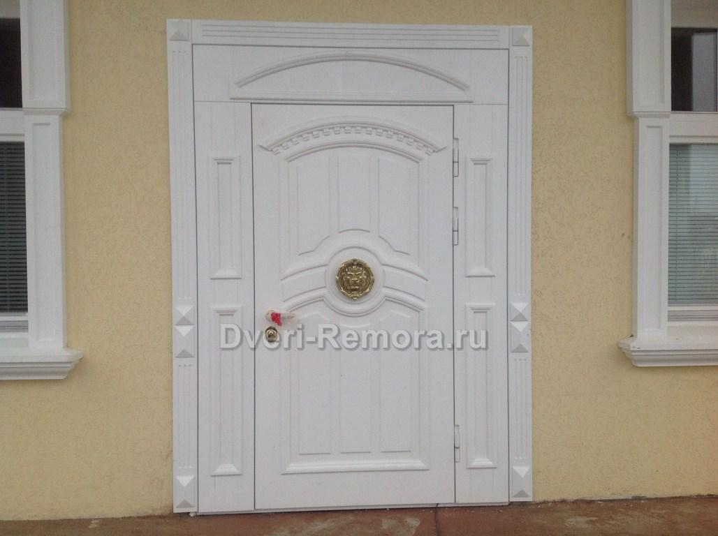 белая парадная металлическая дверь