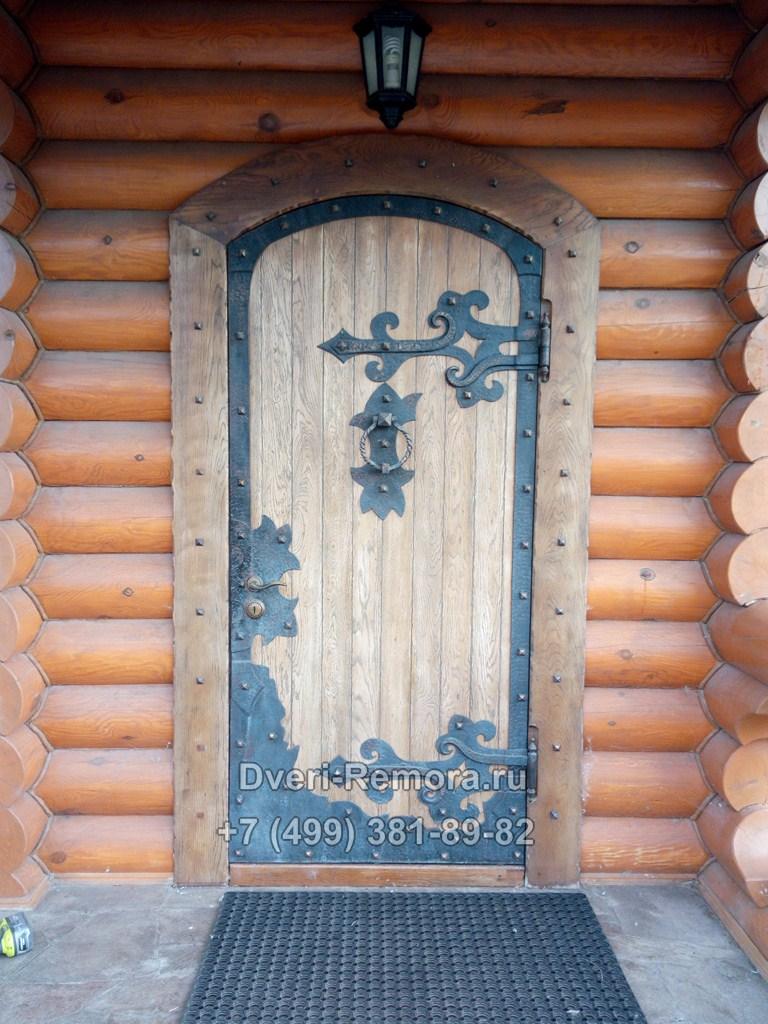Металлические двери с отделкой из массива